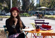 Ragazza turistica dei pantaloni a vita bassa in La Condesa, Città del Messico fotografia stock
