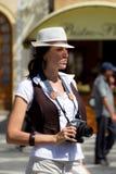 Ragazza turistica graziosa con la macchina fotografica Fotografia Stock Libera da Diritti