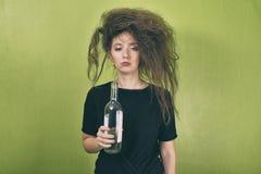 Ragazza ubriaca con una bottiglia Fotografia Stock