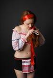 Ragazza ucraina che intreccia i suoi capelli Fotografie Stock Libere da Diritti
