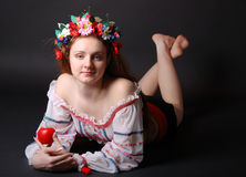 Ragazza ucraina in un diadema del fiore Fotografie Stock