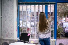 Ragazza in ufficio immagini stock libere da diritti