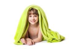 Ragazza in un asciugamano verde immagini stock