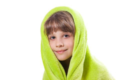 Ragazza in un asciugamano verde fotografie stock