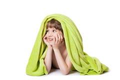 Ragazza in un asciugamano verde fotografia stock libera da diritti