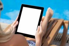 Ragazza in un costume da bagno che si trova su una chaise-lounge del sole dallo stagno con la a Fotografia Stock Libera da Diritti