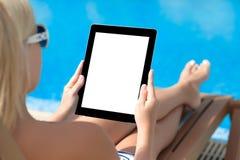 Ragazza in un costume da bagno che si trova su una chaise-lounge del sole dallo stagno con la a Fotografie Stock Libere da Diritti
