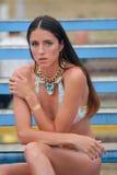 Ragazza in un costume da bagno con un tatuaggio del tatuaggio dell'istantaneo dell'oro sulla sua mano fotografie stock libere da diritti