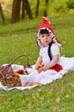 Ragazza in un costume rosso del cappuccio di guida Fotografia Stock