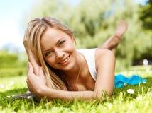 Ragazza in un'erba (immagine media di formato) fotografia stock