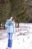 Ragazza in un legno in inverno Immagini Stock