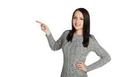 Ragazza in un maglione che mostra pollice Immagini Stock Libere da Diritti
