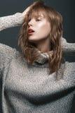 Ragazza in un maglione nello studio Fotografie Stock Libere da Diritti