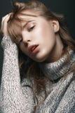 Ragazza in un maglione nello studio Immagini Stock