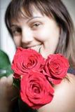 Ragazza un mazzo delle rose Fotografia Stock Libera da Diritti