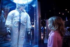 Ragazza in un museo di astronautica fotografie stock libere da diritti
