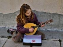 Ragazza - un musicista della via fotografia stock libera da diritti