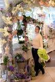 Ragazza in un negozio di fiore Immagine Stock
