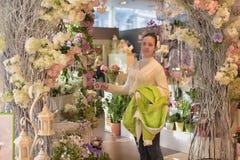 Ragazza in un negozio di fiore Immagini Stock