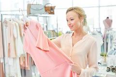 Ragazza in un negozio di vestiti Fotografia Stock Libera da Diritti