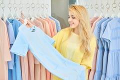 Ragazza in un negozio di vestiti Fotografie Stock Libere da Diritti