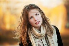 Ragazza in un parco di autunno Fotografie Stock