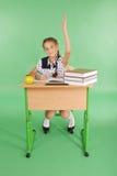 Ragazza in un uniforme scolastico che solleva mano per fare domanda Fotografie Stock Libere da Diritti