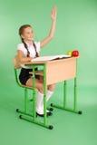Ragazza in un uniforme scolastico che solleva mano per fare domanda Immagine Stock Libera da Diritti