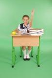 Ragazza in un uniforme scolastico che solleva mano per fare domanda Fotografia Stock Libera da Diritti