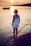 Ragazza in un vestito bianco fotografie stock libere da diritti