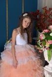 ragazza in un vestito bianco con una pesca Fotografie Stock