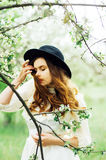 Ragazza in un vestito bianco e black hat nella Florida bianca fotografia stock