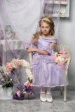Ragazza in un vestito dalla lavanda Fotografia Stock