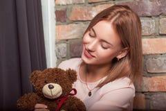 Ragazza in un vestito dalla rosa con il giocattolo dell'orso Foto dello studio Immagine Stock Libera da Diritti