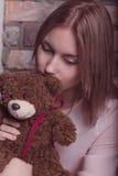 Ragazza in un vestito dalla rosa con il giocattolo dell'orso Foto dello studio Fotografia Stock Libera da Diritti