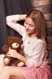 Ragazza in un vestito dalla rosa con il giocattolo dell'orso Foto dello studio Immagini Stock Libere da Diritti