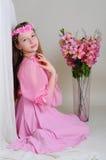 Ragazza in un vestito ed in una corona rosa Immagini Stock