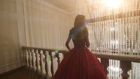 Ragazza in un vestito rosso che posa per il fotografo stock footage