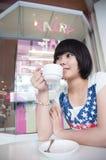 Ragazza in una caffetteria Fotografia Stock