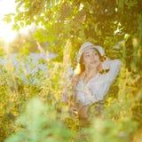 Ragazza in una camicia ed in un cappello bianchi Fotografia Stock