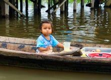 Ragazza in una canoa fotografia stock