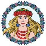 Ragazza in una corona dei fiori Fotografie Stock Libere da Diritti