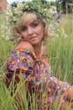 Ragazza in una corona dei fiori, Fotografia Stock Libera da Diritti