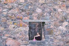 Ragazza in una finestra Fotografia Stock Libera da Diritti
