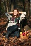 Ragazza in una foresta fotografia stock