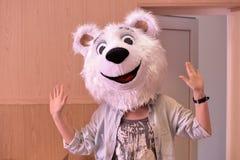 Ragazza in una maschera dell'orso immagini stock libere da diritti