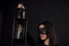 Ragazza in una maschera nera immagini stock libere da diritti