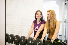 Ragazza in una palestra bianca luminosa Fotografie Stock
