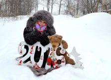 Ragazza in una pelliccia ed in un cappello nella via Fotografia Stock Libera da Diritti