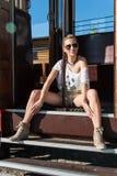 Ragazza in una posa del tram Fotografia Stock